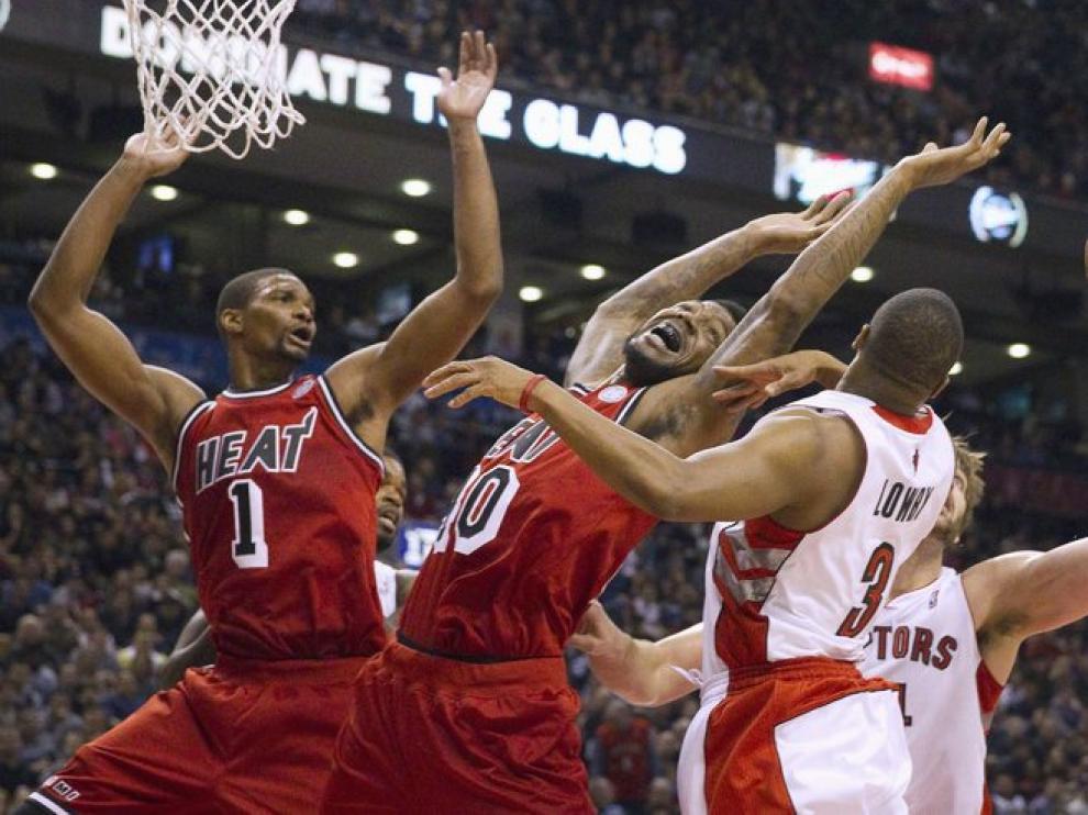 Los Raptors de Toronto y los Heat de Miami luchan por un rebote