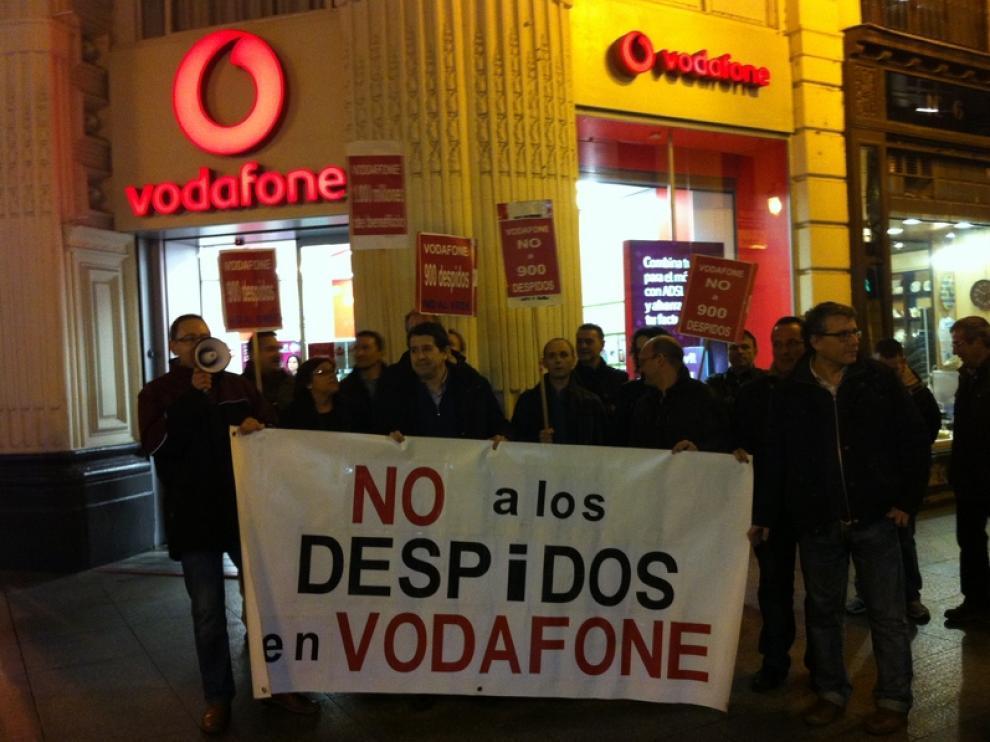 Trabajadores de la compañía Vodafone, frente a una tienda en la calle de Alfonso I