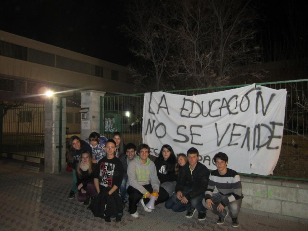 Alumnos del IES Avempace a la entrada del centro.