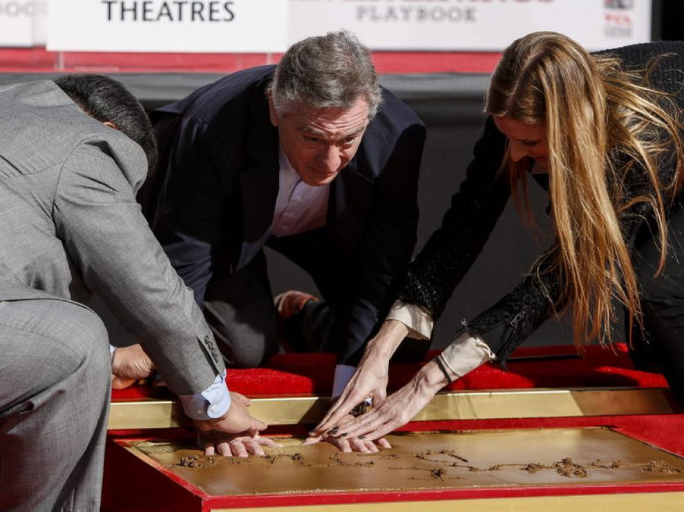 Robert de Niro inmortalizó sus huellas frente al histórico Teatro Chino de Hollywood.