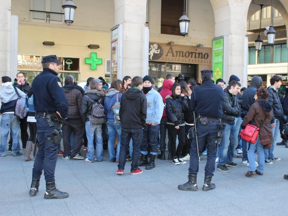 La Policía rodea e identifica a un grupo de estudiantes
