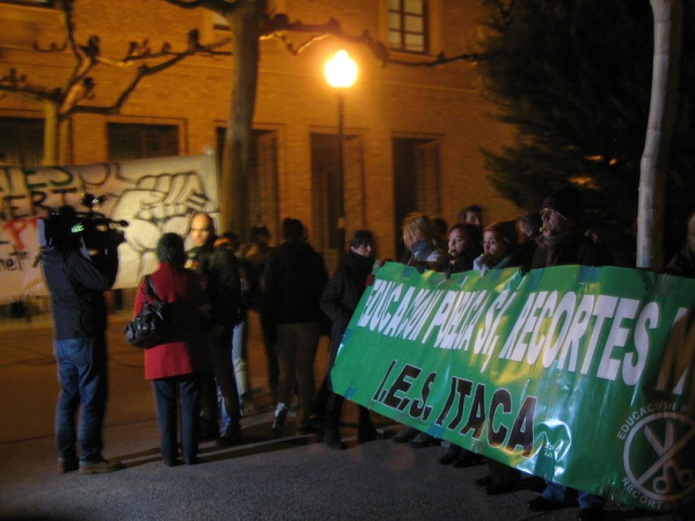 Varios cientos de estudiantes, padres y profesores se han concentrado para protestar contra la reforma educativa.