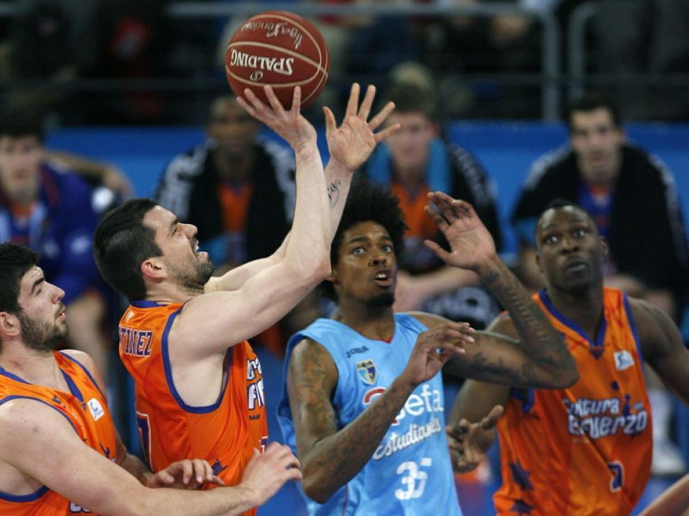 El escolta del Valencia Basket Rafa Martinez lucha por el rebote ante el pívot del Asefa Estudiantes, Lucas Nogueira