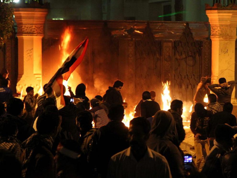 Varias personas provocaron un fuego a las puertas del palacio
