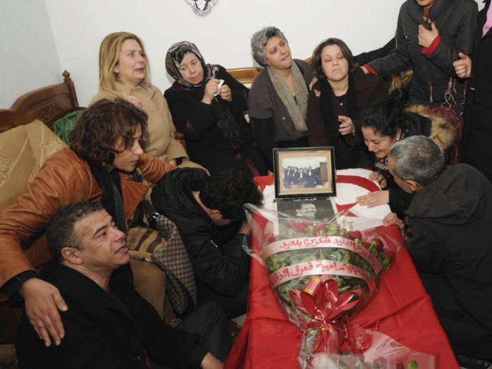 Amigos y familiares lloran junto al ataúd de Chukri Bel Aid