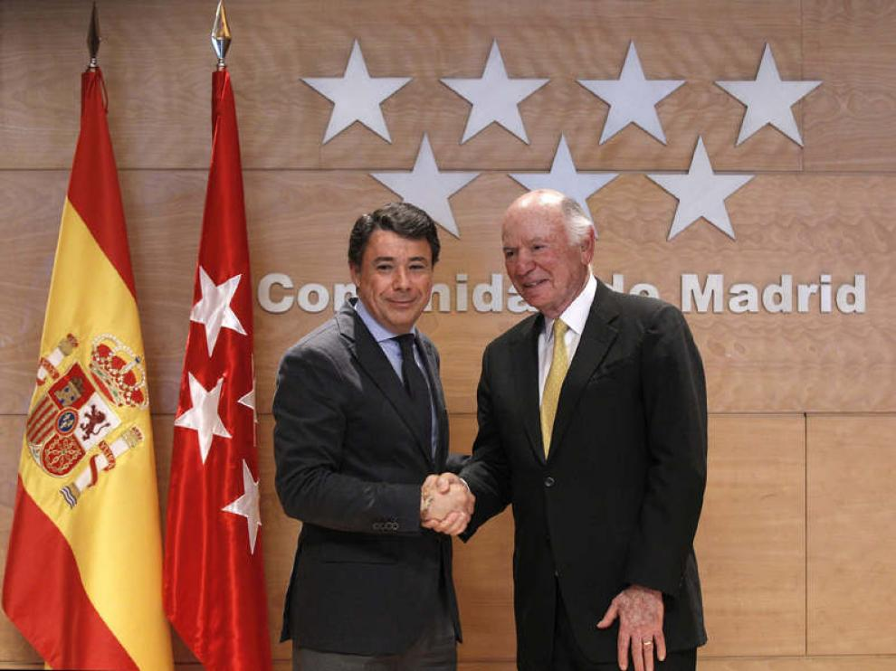 El consejero delegado de Las Vegas Sands, Michael Leven (d), y el presidente de Madrid, Ignacio González (i)