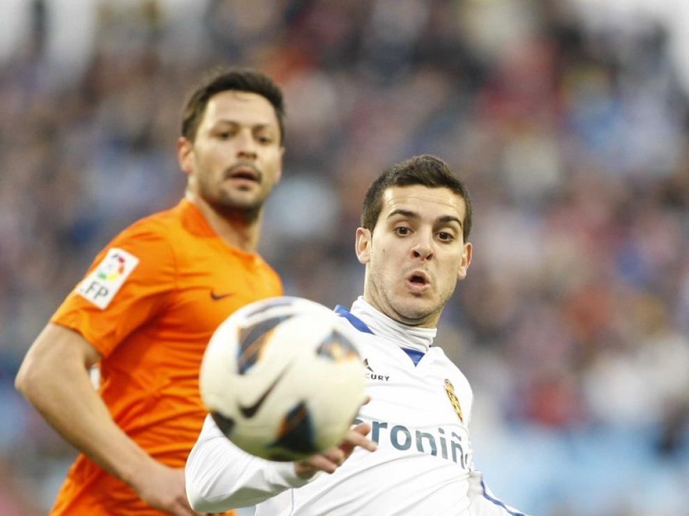 El jugador del Real Zaragoza Víctor Rodríguez, en pugna por el balón