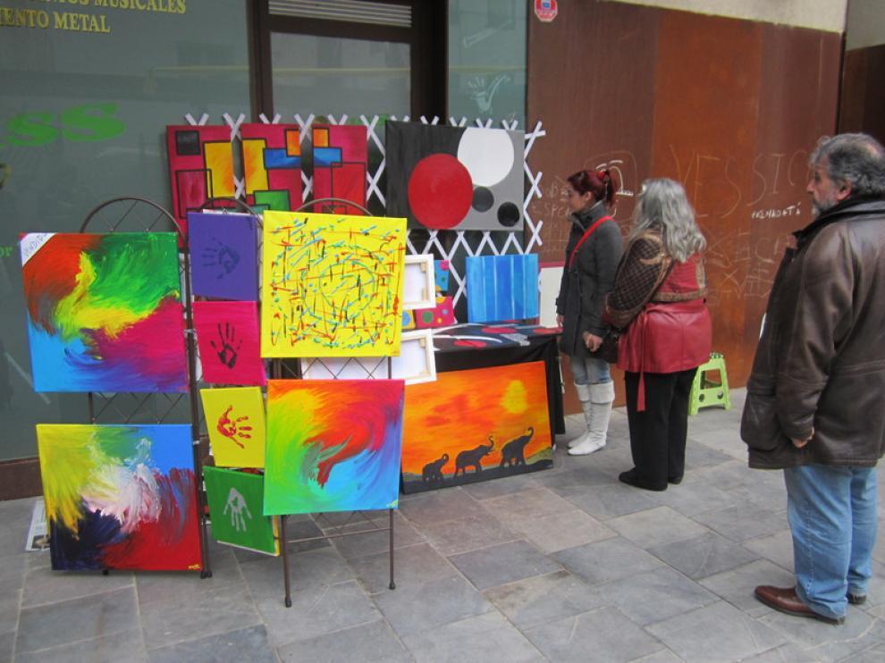 Mireia Ríos junto a parte de sus cuadros