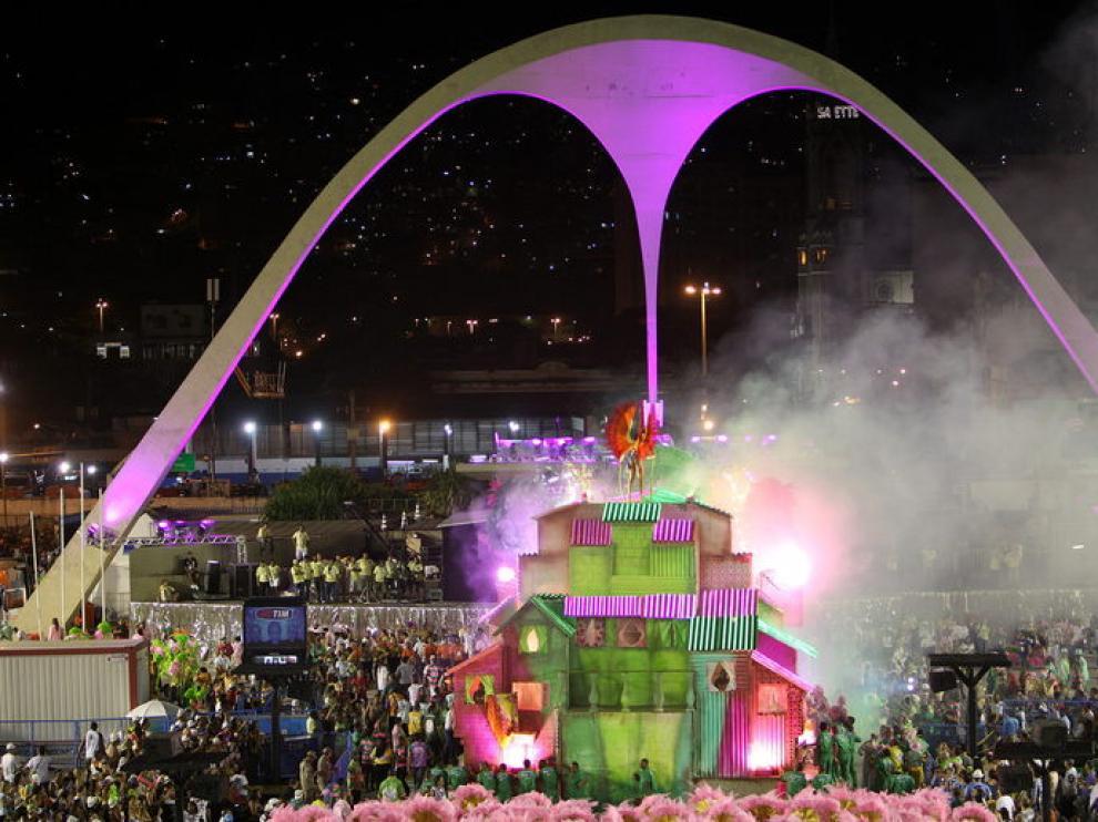 Un incendio en otra carroza del carnaval de Río de Janeiro, controlado durante el desfile.