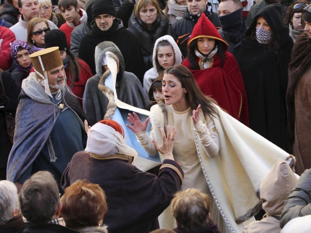 Isabel muere entre la multitud