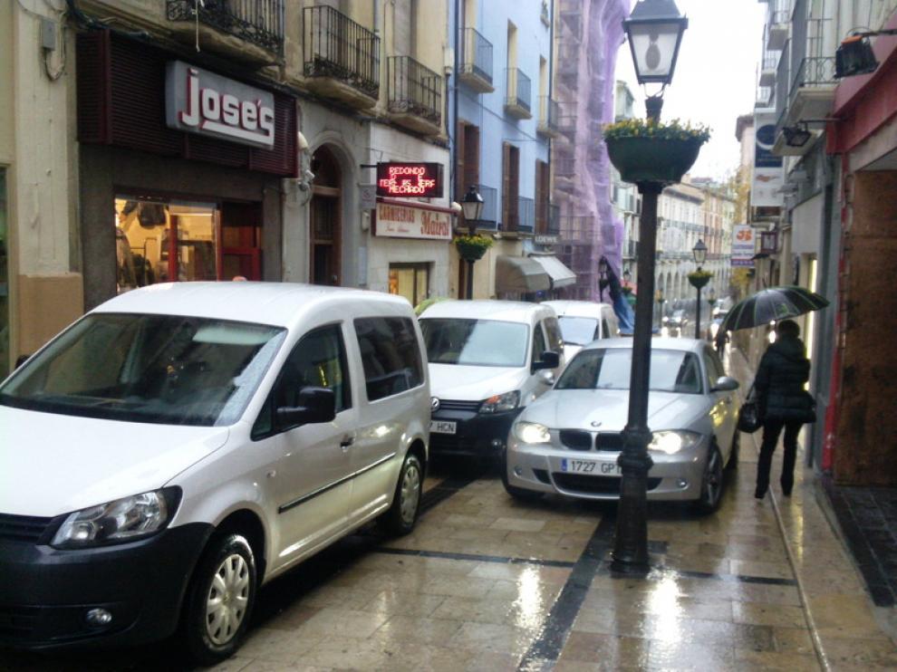 Alta presencia de vehículos en esta calle peatonal de Huesca