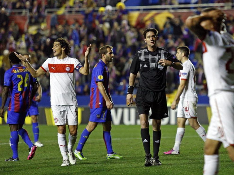 El equipo griego se quedó con uno menos tras la expulsión de Abdoun.
