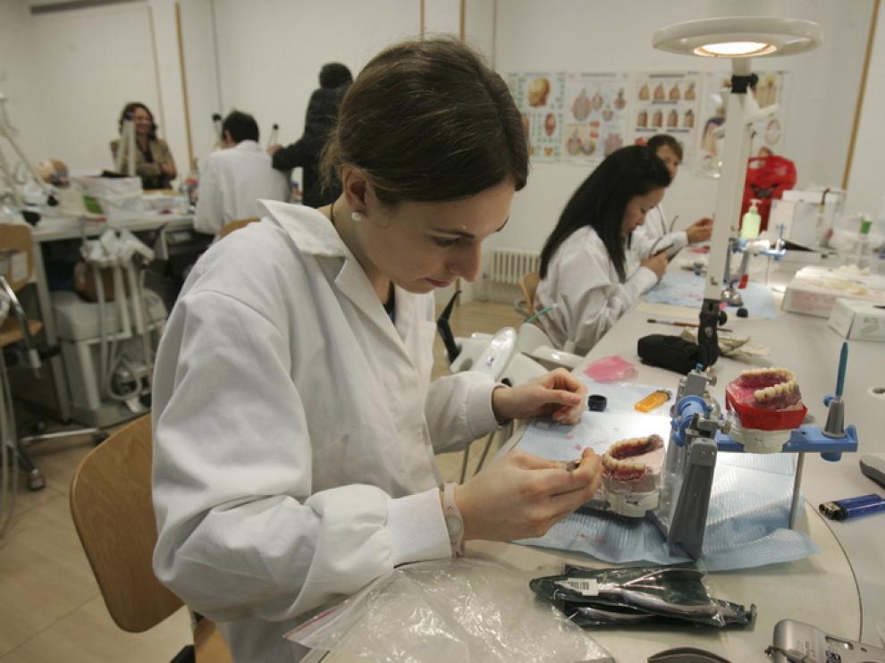 Alumnos trabajando en la clínica universitaria en 2010