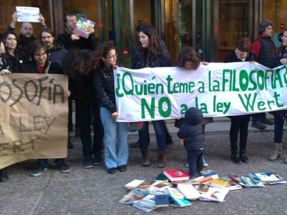 Manifestantes de la SAF ante la Consejería de Educación
