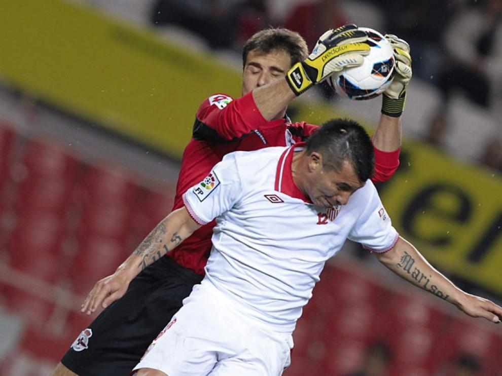 El guardameta del Deportivo, Daniel Aranzubia y el centrocampista del Sevilla, Gary Medel
