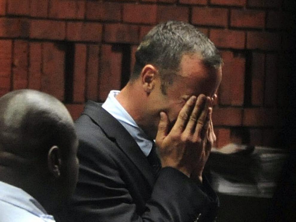 Pistorius no pudo reprimir las lágrimas al escuchar la acusación