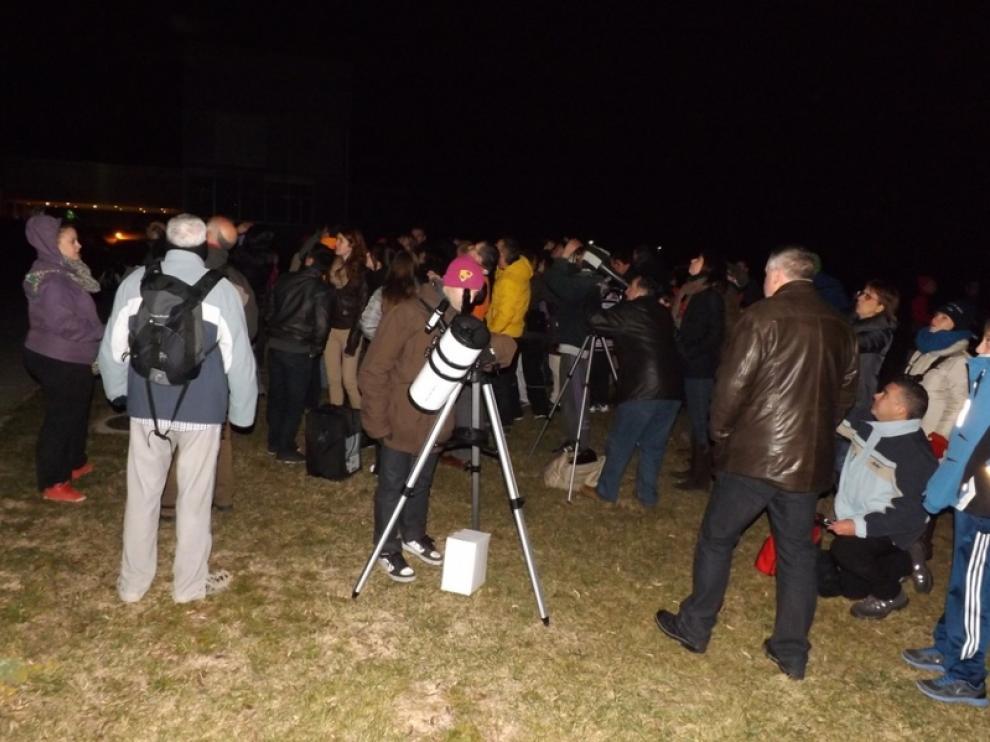 Más de un centenar de oscenses se dieron cita para ver el asteroide