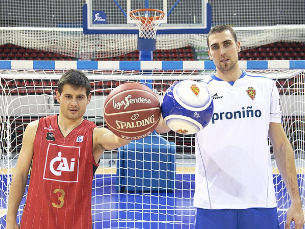 Los capitanes Javier Paredes y Pablo Aguilar intercambian camisetas