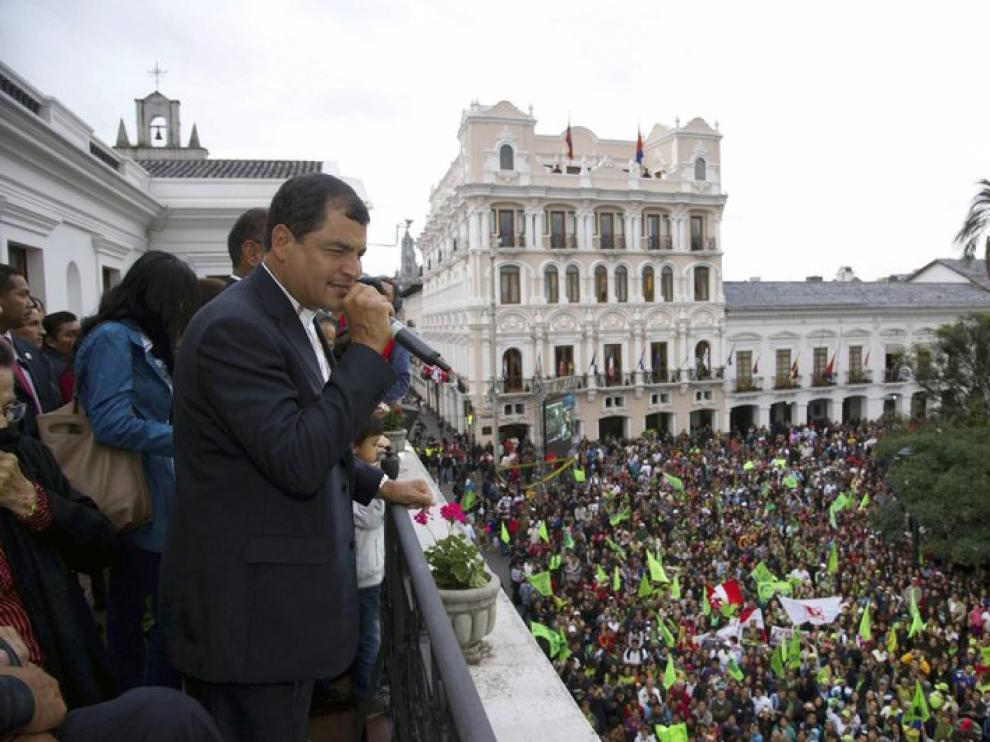 Correa se dirige a sus seguidores tras la victoria electoral