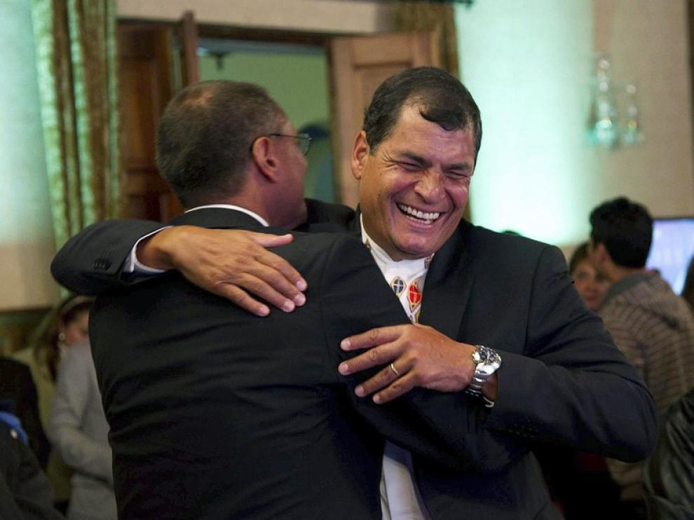 Rafael Correa celebró el resultado con sus partidarios.