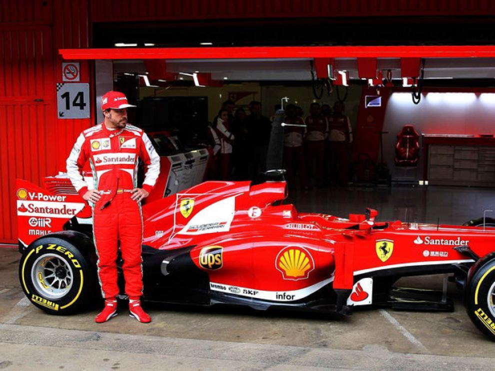 Fernando Alonso posa con su Ferrari