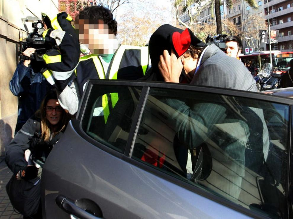 Uno de los detenidos llega a la sede de Método 3, donde tiene lugar el registro