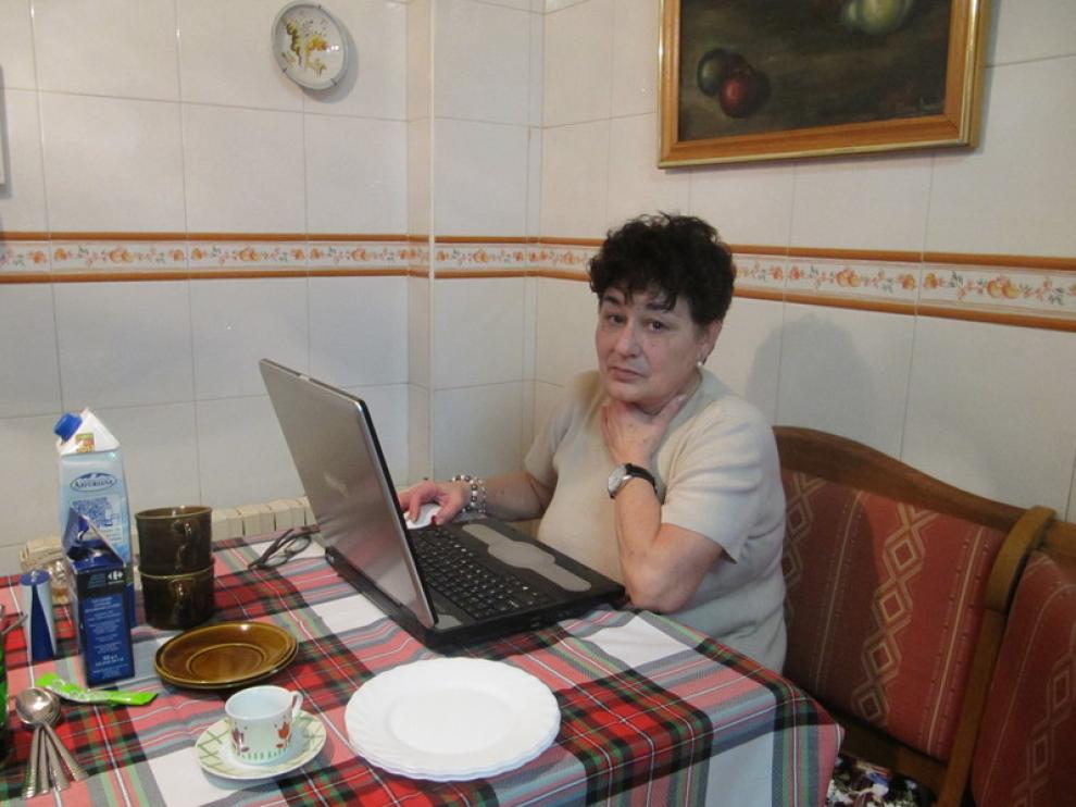 Pilar, en su piso de Zaragoza