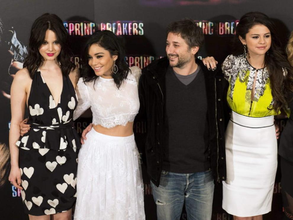 El director Harmony Korine junto a las actrices protagonistas.