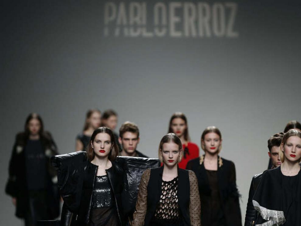 Varias modelos lucen las creaciones del diseñador Pablo Erroz.