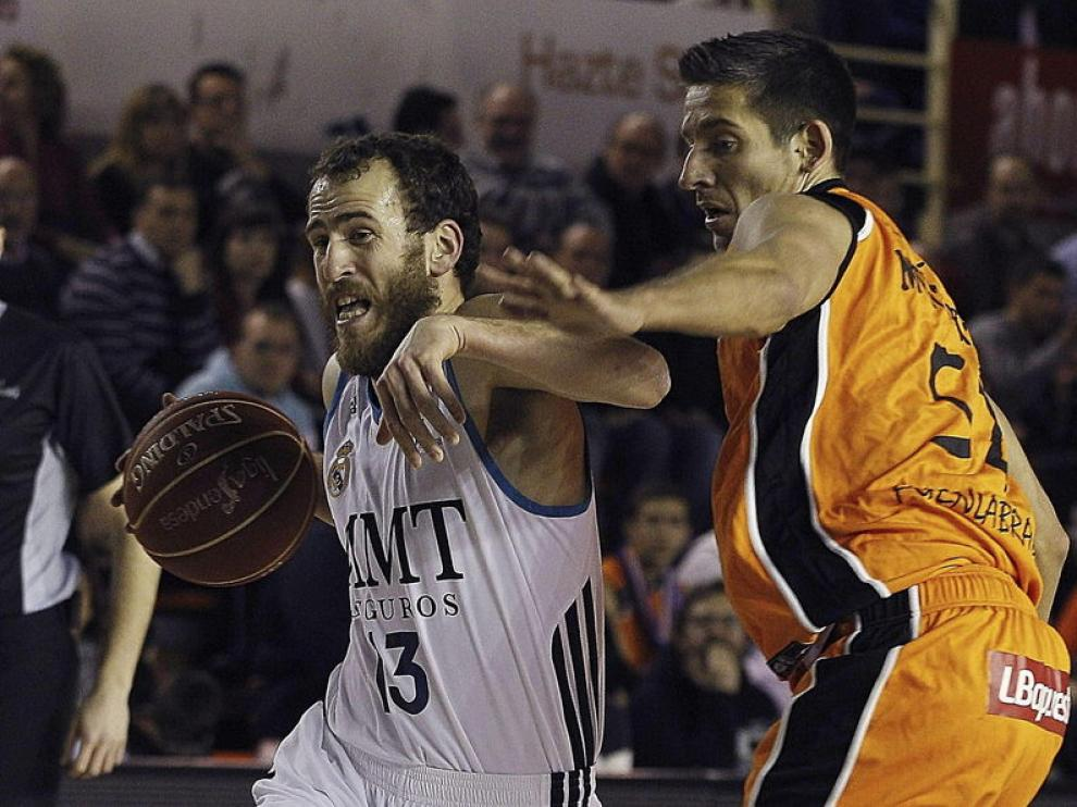 El base del Real Madrid Sergio Rodríguez controla el balón ante el base del Mad-Croc Fuenlabrada