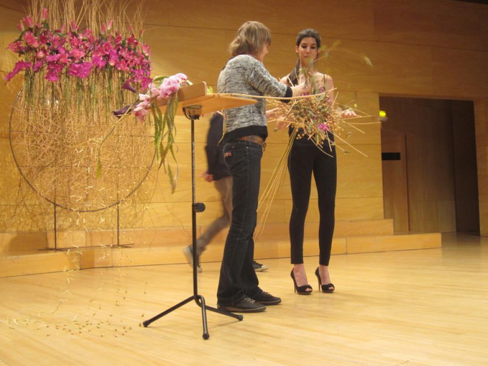 Alisa Amber (i), campeona de la Copa de Europa Rainbow de arte floral, este domingo