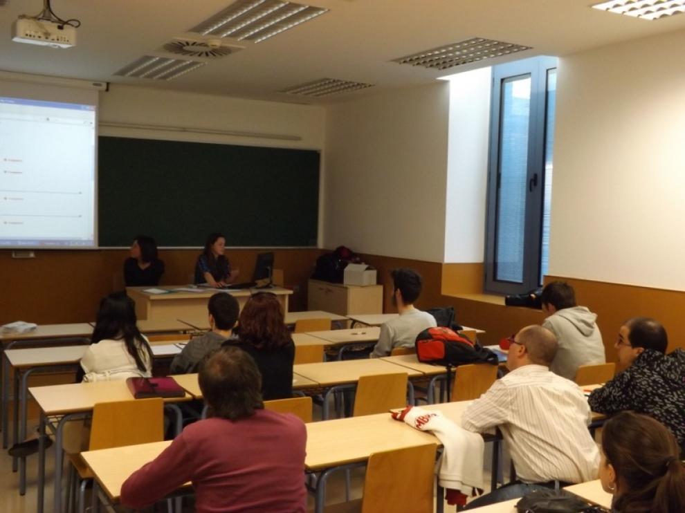 En la imagen, las dos voluntarias europeas, Perrine y Dragana, en un momento del curso