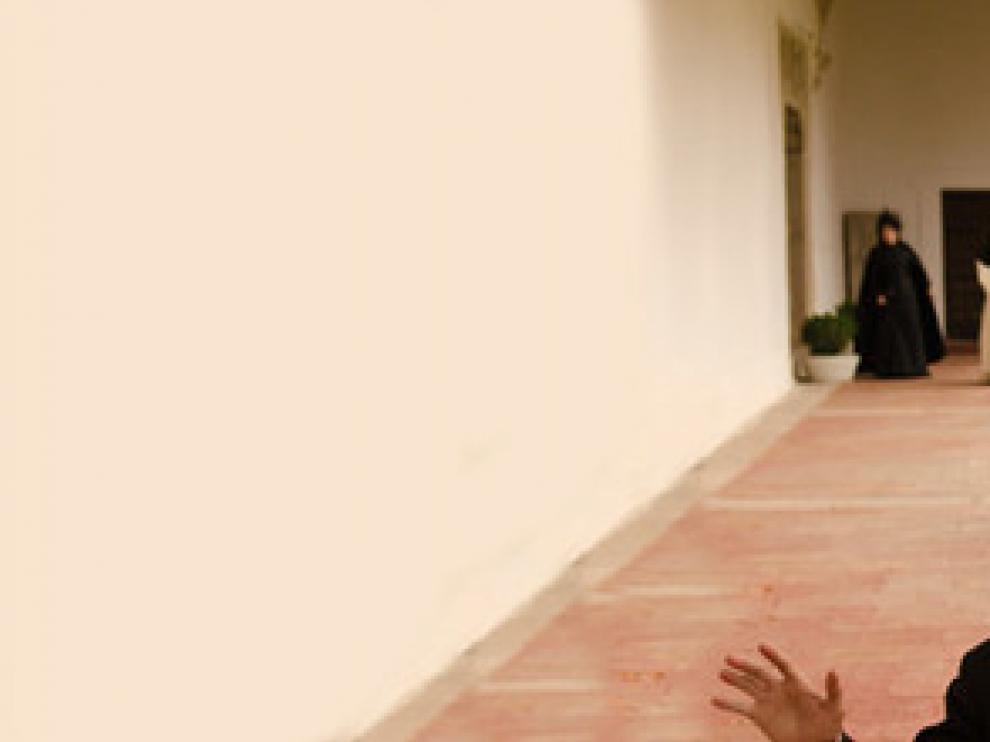Llanes apunta a Julio con una pistola