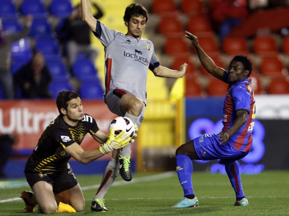Fernández atrapa el balón ante el delantero nigeriano del Levante