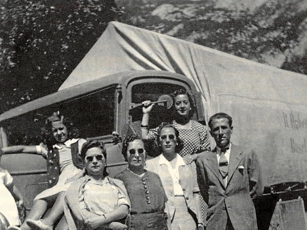 Una familia delante de un camión suizo en Canfranc
