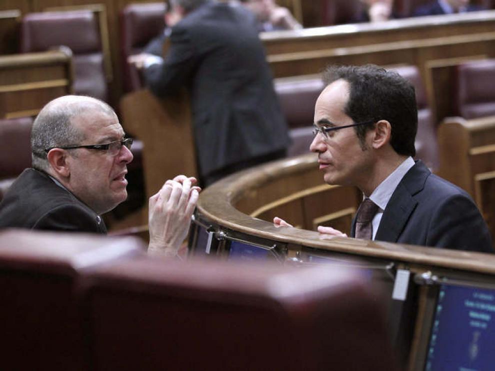El diputado del PSC Francesc Vallès habla con su compañero José Zaragoza.