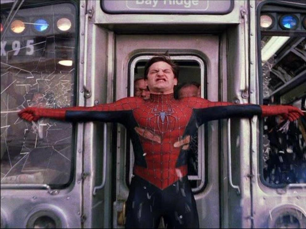 Escena de 'Spiderman 2' en la que el protagonista detiene un tren sin frenos gracias a sus telarañas.