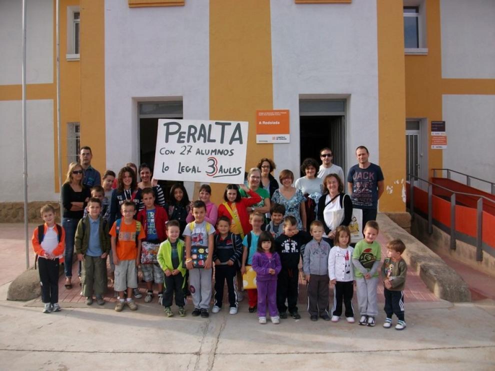 Concentración frente al colegio de Peralta de Alcofea del CRA de A Redolada.