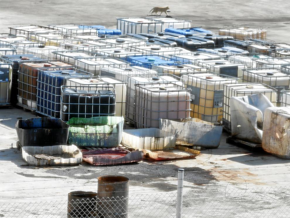 Recipientes de mil litros abandonados a la intemperie