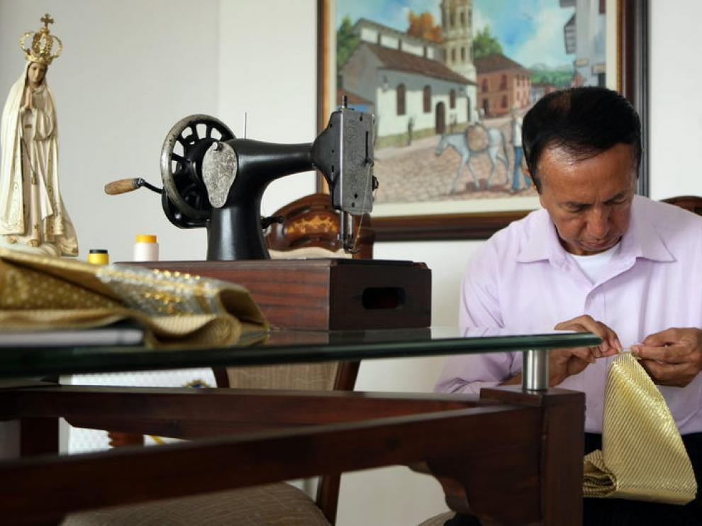 El sastre colombiano Luis Abel Delgado