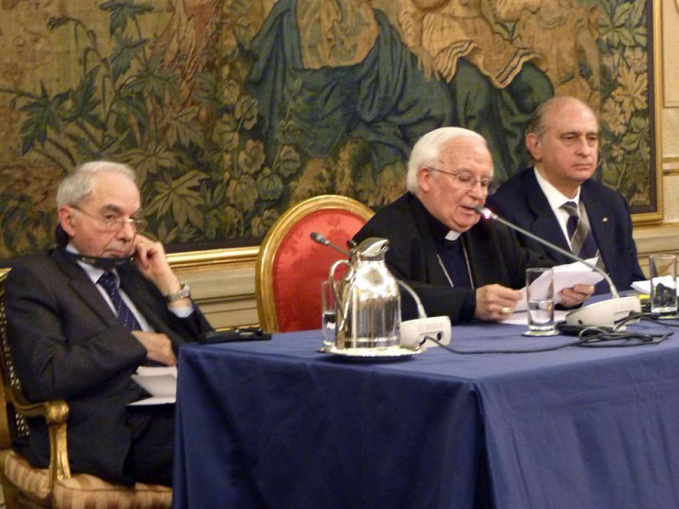 El cardenal español Antonio Cañizares (c), acompañado por el ministro español del Interior