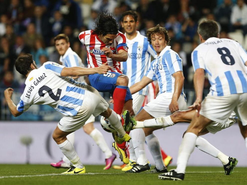 Falcao, rodeado de jugadores del Málaga