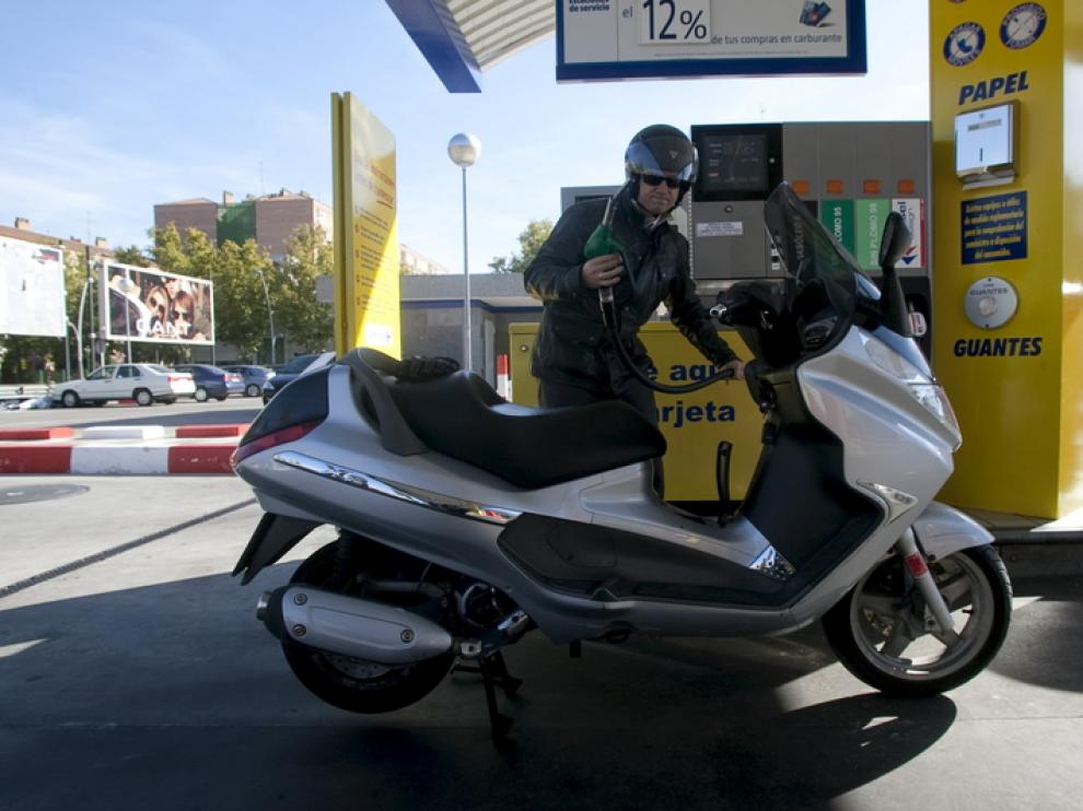 Un cliente reposta en una gasolinera de Zaragoza