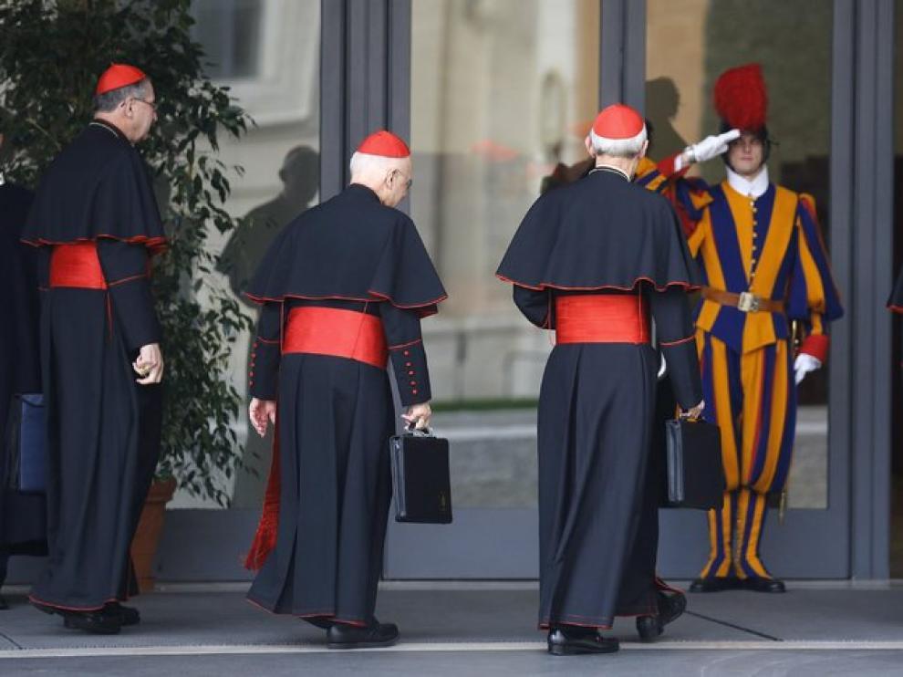Los cardenales entran a una reunión en el Vaticano