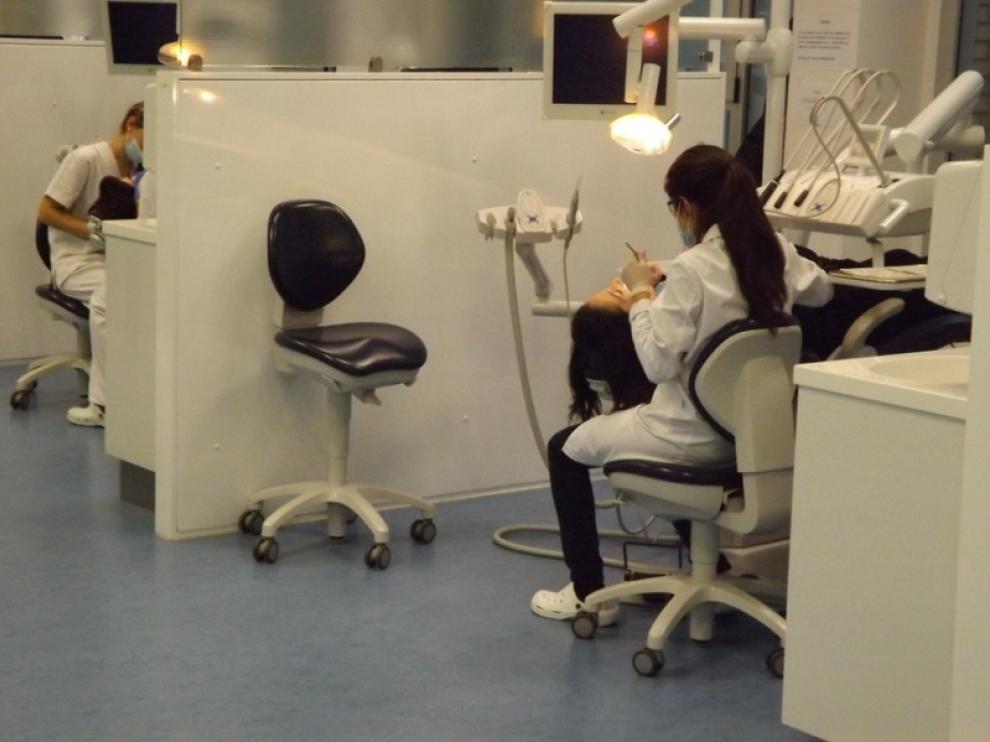 Una estudiante realiza sus prácticas de odontología