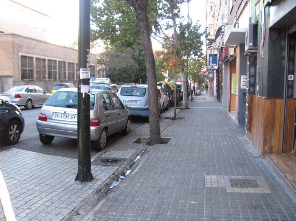 Calle Pedro Cerbuna, con bordillos sin rebajar