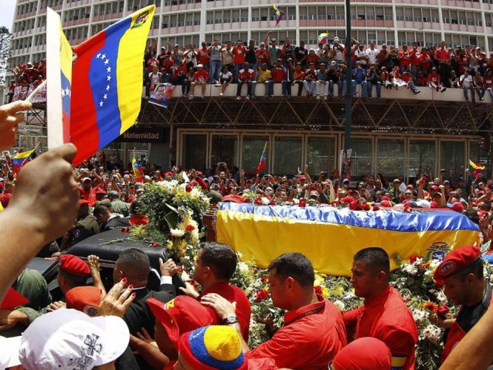 Miles de personas acompañan el cortejo de Chávez