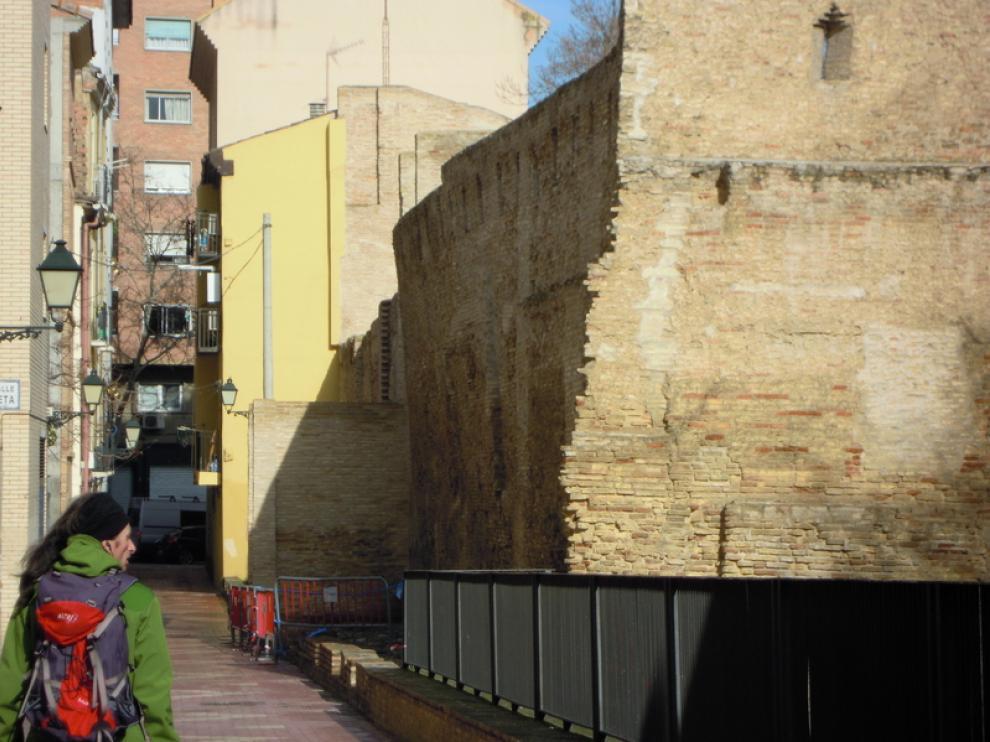 La muralla presenta una patente inclinación hacia la calle Arcadas