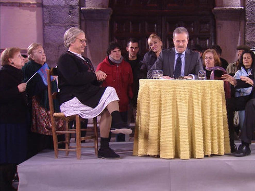 Campo Vidal tendrá que moderar el debate entre la Vieja'l visillo y el concejal Roñeras.