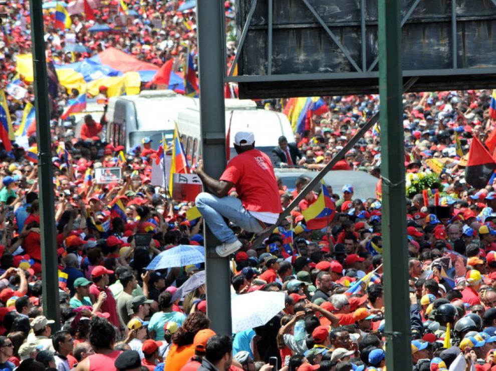 Cientos de miles de personas acompañaron a Chávez en su último paseo